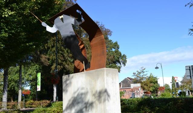 De sculptuur op een hoge betonnen sokkel beeldt de dirigent uit die zich met volle overgave en met heel zijn lichaam stort in de juiste expressie van een muziekstuk.
