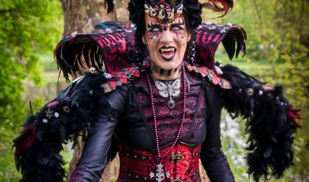 Gaby Verspagen als haar alterego Two Spirits, foto: Miranda Tijssen.