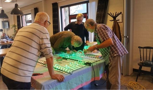 De Mannen van Metaal zijn actief bezig geweest met het maken van lichtornamenten
