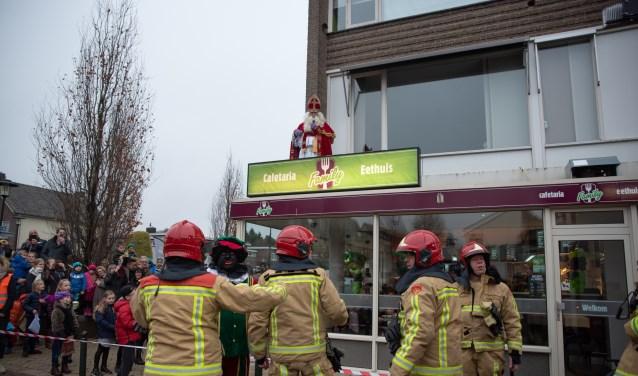De brandweer komt ter plaatse om de Sint te redden, foto: Michiel Achten