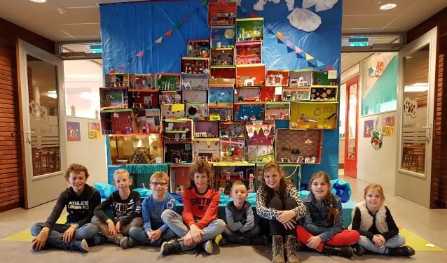 Enkele kinderen vol trots voor de Stoomboot 2.0 van De Stapsteen