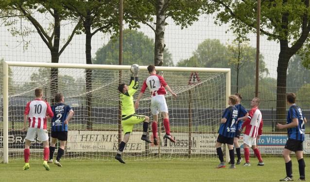 Bart Verhoeven onderschept de bal in de laatste minuut van de wedstrijd, foto: Hennie Roosen Foto: H.Roosen © grenskoerier