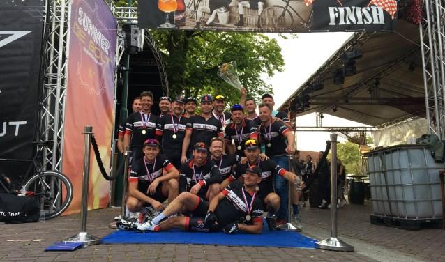 Twaalf mannen van fietsclub Snelzat reden van Parijs naar Soerendonk.