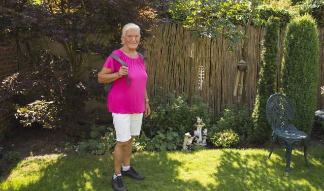 Met haar tas op haar rug en haar wandelschoenen aan wandelt José regelmatig door de natuur, foto: Desiree Pennings