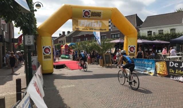 Na vele zware kilometers de finish op de Markt van Budel