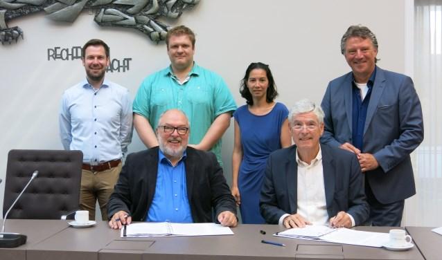 Burgemeester De Wijkerslooth en de heer Van Buul zetten hun handtekeningen onder de exploitatieovereenkomst