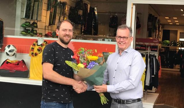Bram van der Linden (links) en Jack Beckers voor de winkel van Verest Sport in Budel.