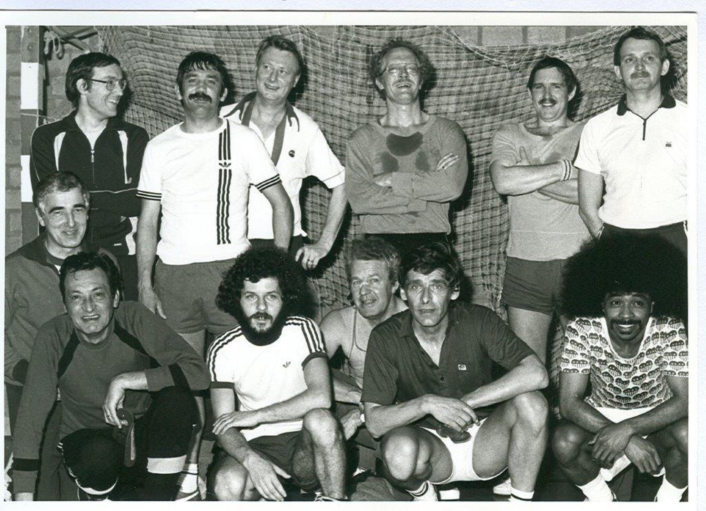 Personeel voetbalteam zaalvoetbalwedstrijd 1981  © grenskoerier