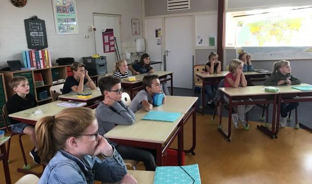 Ad Heesakkers vertelt over zijn oorlogservaringen in Nieuw Guinea tijdens een les op de St.Joanschool te Soerendonk