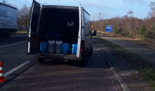 Het busje met de vaten dat woensdag werd aangehouden in Budel, foto: Politie.