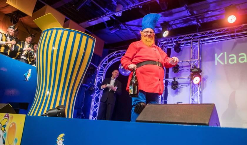 Klaas Bex kwam erg origineel als dwerg het podium op, foto: Bart Lijten