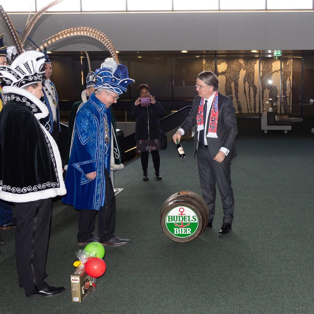 De Buulder Buk bezocht op 11 februari om 11 minuten over elf de Commissaris van de Koning in het Provinciehuis  © grenskoerier