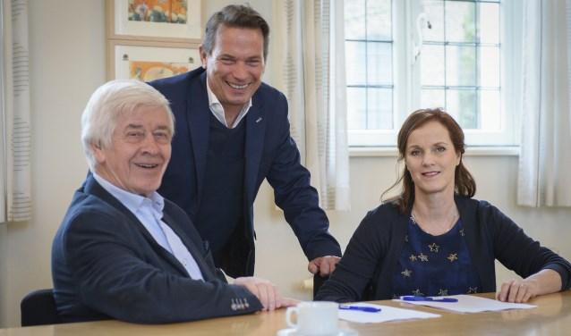 Ondertekening door Jac de Werdt, voorzitter Stichting Woonzorg Cranendonck (links),  Frank de Kok, manager. ZuidZorgFlex.(midden) en Marja Engel, directeur Zorg en Dienstverlening Stichting Land van Horne (rechts), foto: Jan van den Eijnden