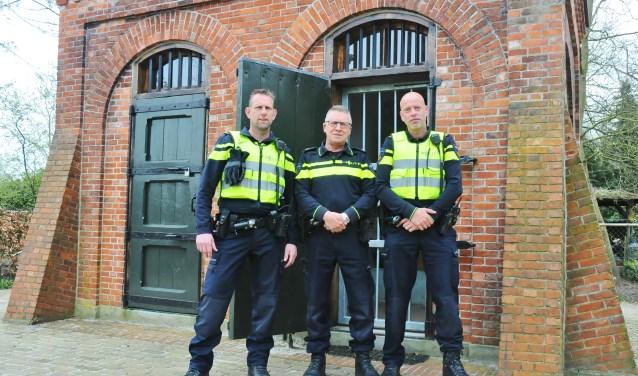Vlnr: Maurice Evers, Jos Lowis, Robert Frenke voor mini gevangenis 't Prisonneke in Budel Dorplein. foto Harm van Leuken