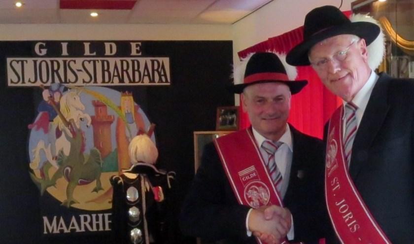 Hoofdman Mulder (r) feliciteert Peter vd Linden