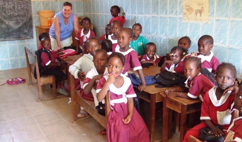 Diel tussen de kindjes in het schooltje in Gambia