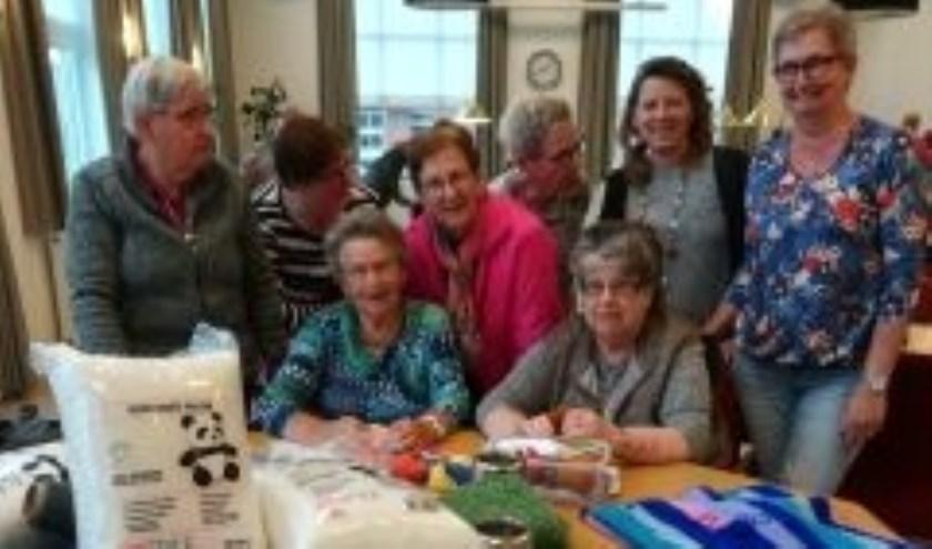 De dames van Haakaan met het materiaal wat zij via de wensboom gekregen hebben, foto: Marina Bukkems
