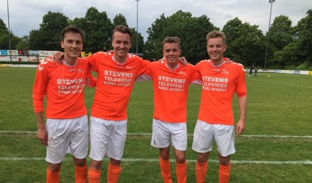 4 broers Beerten samen op het veld