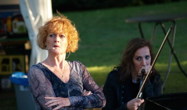 Lisette Oosterbosch vertelt vol overtuiging tijdens de voorstelling Heksen/ Hetze, foto: Laura Raats