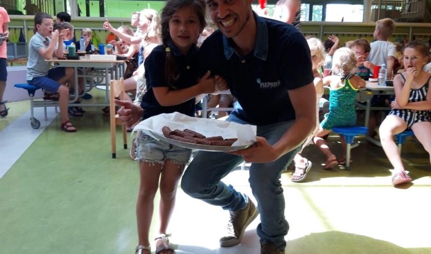 De verwennerij van Mr.Piepers, hier samen met zijn dochter op de foto, viel erg in de smaak bij de leerlingen