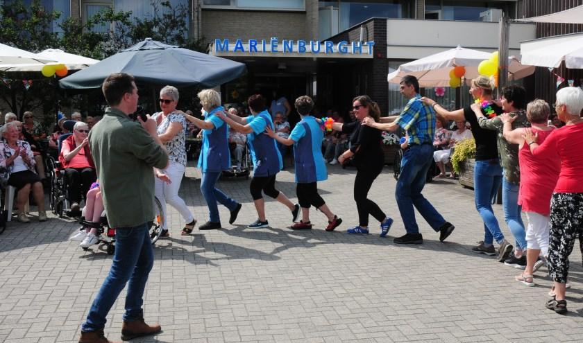 Polonaise tijdens zomerfestival in Mariënburght