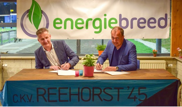 De sponsorovereenkomst tussen Energiebreed en CKV Reehorst wordt ondertekend.