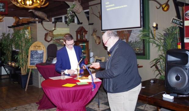 Winnaar Rick Abelen (links) en Jan Kijlstra tijdens de prijsuitreiking.