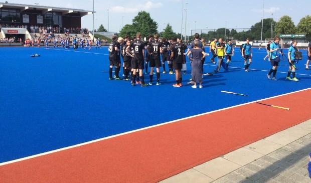 De Edese hockeyers worden na afloop opgepept voor de alles beslissende derde wedstrijd.