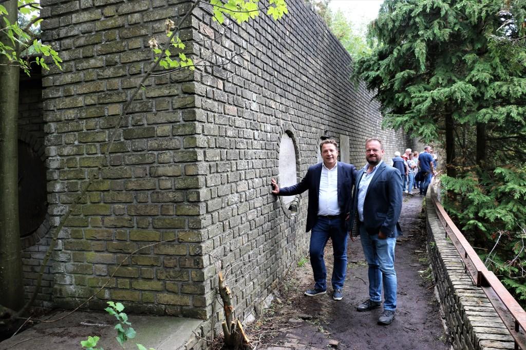 Roderick Zoons (rechts), eigenaar van recreatiecentrum De Goudsberg, samen met woordvoerder Ronald Busser bij en op de Muur van Mussert.