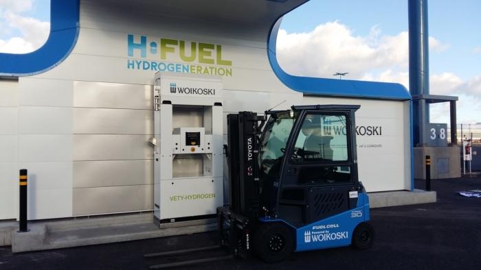 Toyota waterstof heftruck tankt bij waterstofstation