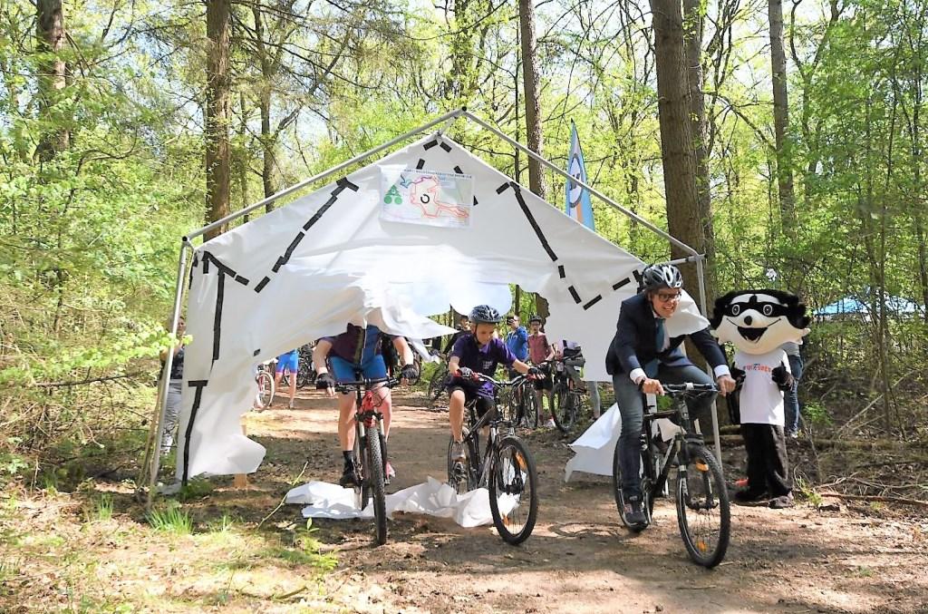 Wethouder Peter de Pater opent met enkele jeugdige fietsers de route.