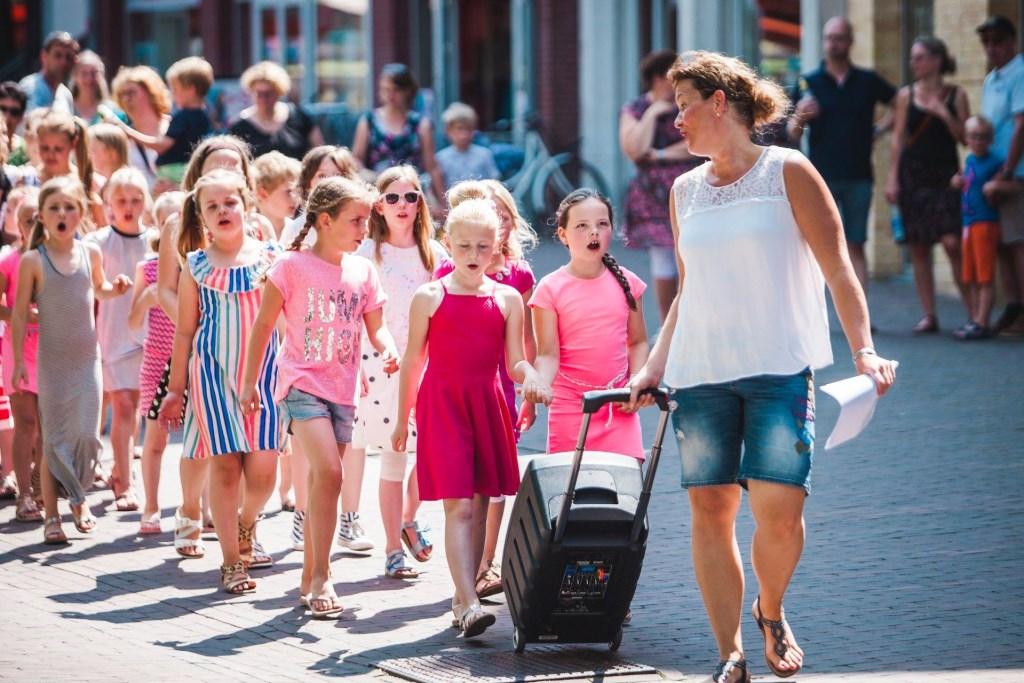 Kinder- en tienerkoor Jedaja loopt zingend door de winkelstraat tijdens een vorige editie. Ook dit jaar zijn ze weer van de partij.