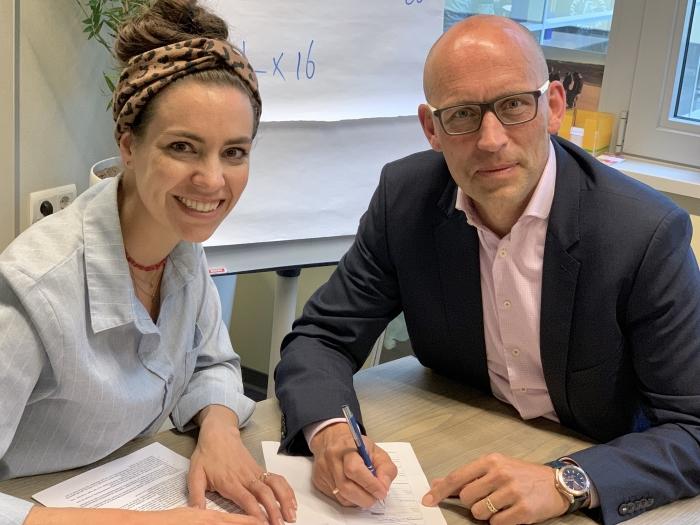 Ondertekening samenwerkingsovereenkomst door Carlijn Pluijmakers-Emmen en Petjo Molenaar