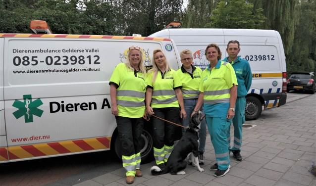 Enkele vrijwilligers van de Dierenambulance Gelderse Vallei. Links voorzitter Daniëlle Fränkel met naast haar Natasja Diepeveen en tweede van rechts Wilma Trommelen.