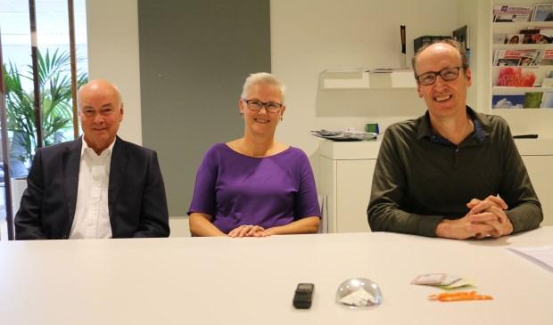 Herman Postma (links), Elmar Theune (midden) en wethouder Lex Hoefsloot (rechts)