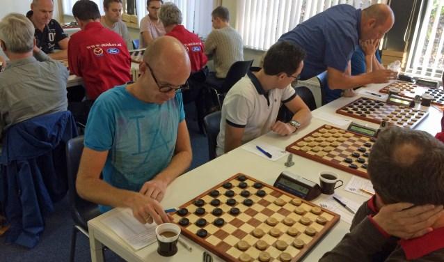 Jaap Heij (rechts staande), rekent op een maximale deelname aan het DES Lunteren jubileum toernooi.