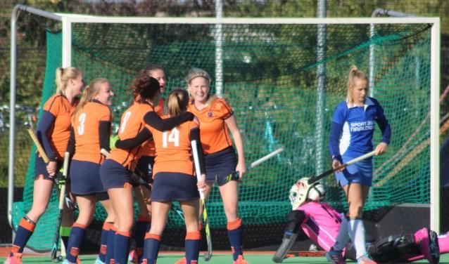 De IJssel viert het tweede doelpunt van Eline Scholten. (foto en tekst: Erik van Leeuwen)