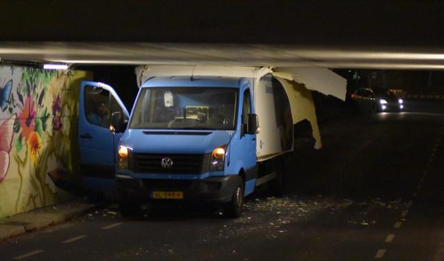 Deze bestelbus was te hoog voor het viaduct aan de Staringlaan.(foto: Rens den Oude/112.hm.nl)