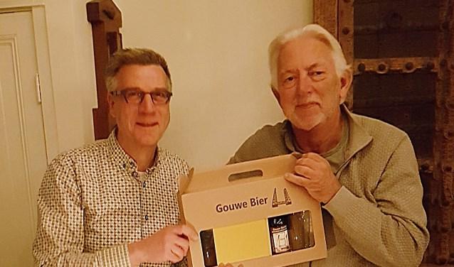 Kees Vos (links) kreeg bij zijn afscheid een cadeautje.