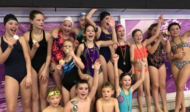 De winnaars van het schoolzwemkampioenschap.
