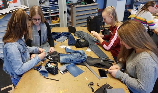 Met soms eenvoudige ingrepen toverden de leerlingen een 'oud' kledingstuk om in een hip exemplaar. (foto: pr)