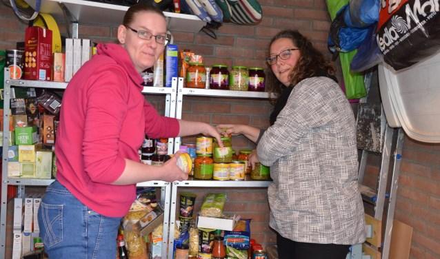 """Nynke Bosselaar (links) is blij met de door Karin Stolk gedoneerde boodschappen: """"Er is een constante stroom van etenswaren nodig."""""""