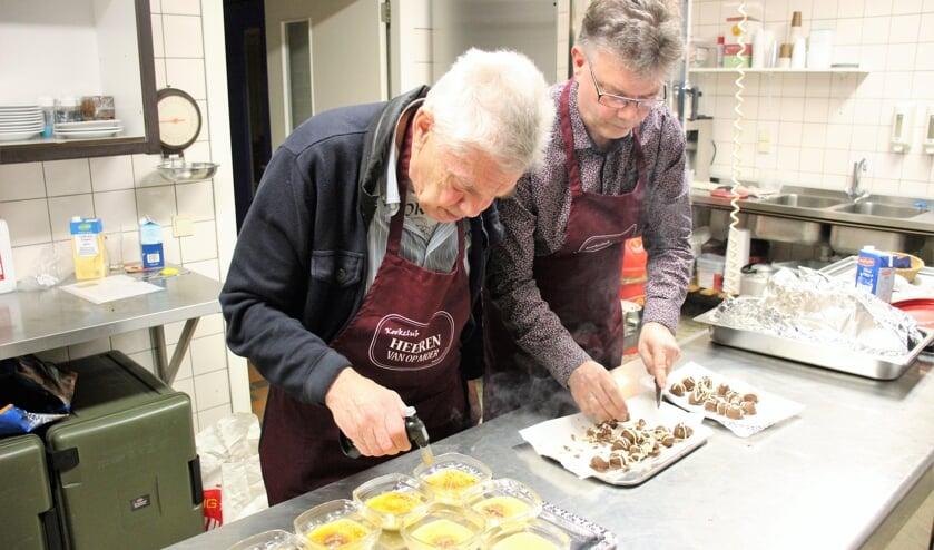In de keuken van Op Moer aan de slag met crème brûlée en bonbons. (foto en tekst: Erik van Leeuwen)
