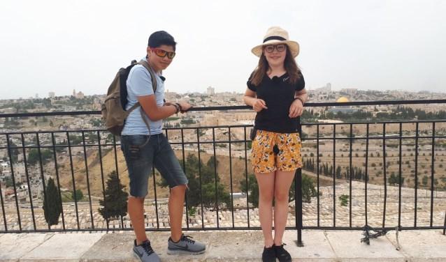 Kenzo en de Waddinxveense Lisa (rechts) maken van alles mee in Israël. (foto:pr)