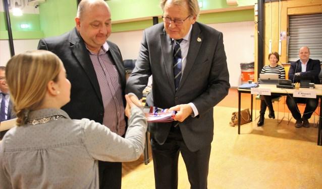 Jaap Smit nam de profielschets in ontvangst. De kinderburgemeester was erbij. (foto en tekst: Erik van Leeuwen)