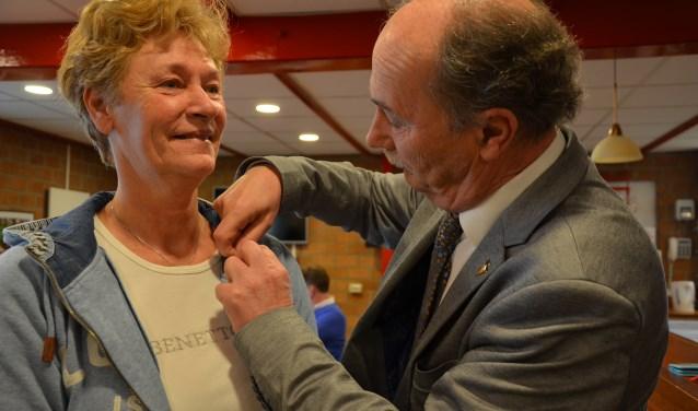 Wethouder Ten Zijthoff speldt het vergulde hefje op bij Karin Nap. (foto en tekst: Nicole Lamers)
