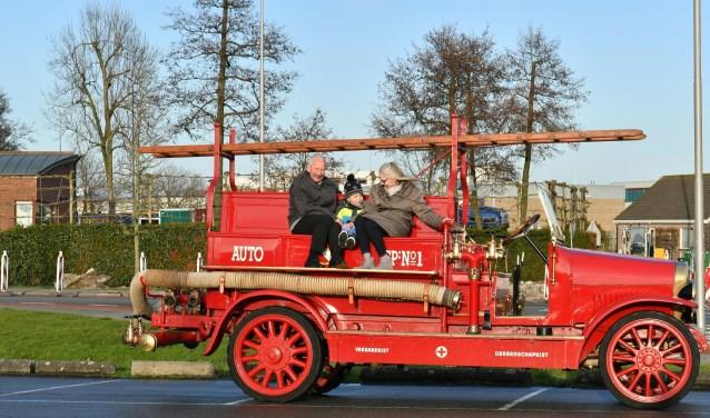 Oud-brugwachter Willem Raaphorst, kleinzoon Dorian en echtgenote Nees vonden de tocht  'onvergetelijk'.