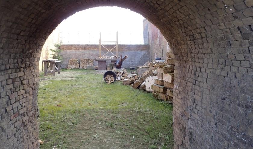 In een van de voormalige steenovens wordt gewerkt aan een miniatuurmodel waarin onder andere pizza's kunnen worden gebakken.