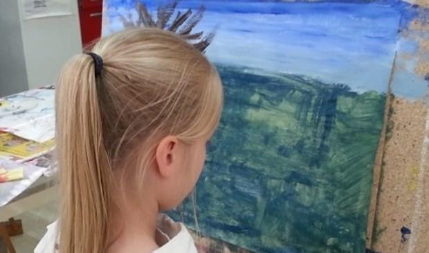 Een jonge cursist achter haar eigen schildersezel. (foto: pr)