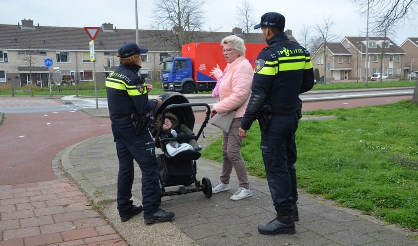 Voorrang op het zebrapad krijgen is niet altijd een vanzelfsprekendheid, gezien het aantal reacties van inwoners uit Waddinxveen over de Dreef. (tekst en foto: Nicole Lamers)